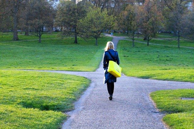 kobieta idzie przez park